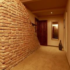 Dvojposteľová izba Lux – chodba ku kúpeľni / Double room Lux – corridor to the bathroom